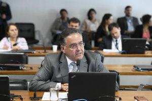 Bibliotecas da UFMA terão acervo atualizados, garante Roberto Rocha